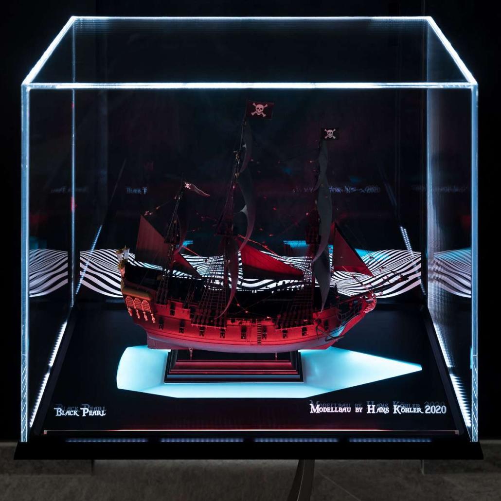 polear_vitrine_modellschiff_black_front